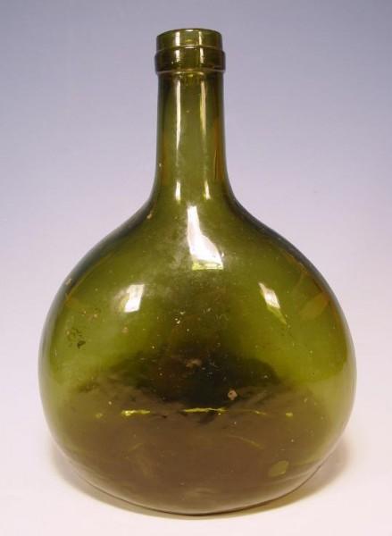 Bocksbeutel, dunkelgrünes Glas.