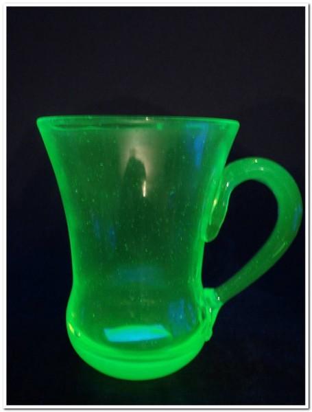 Brunnen- Henkelglas. Uranglas, um 1890.