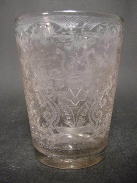 Barock - Becherglas mit Wappengravur mit Maiglöckchen, 18.Jh.