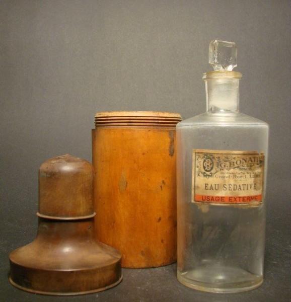 Apothekenflasche in Holzdose. Frankreich, Ende 19.Jh.