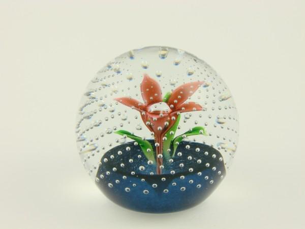 Paperweight. Blume mit Luftblasenperlen. Schottland.