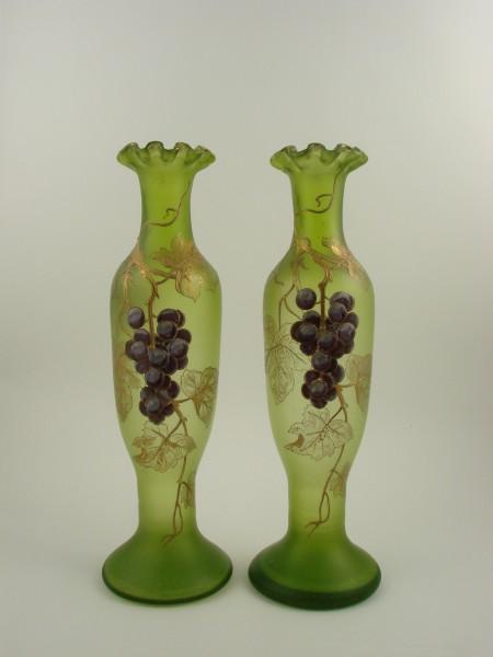 Jugendstil - 2 Vasen mit Weinreben, um 1900.