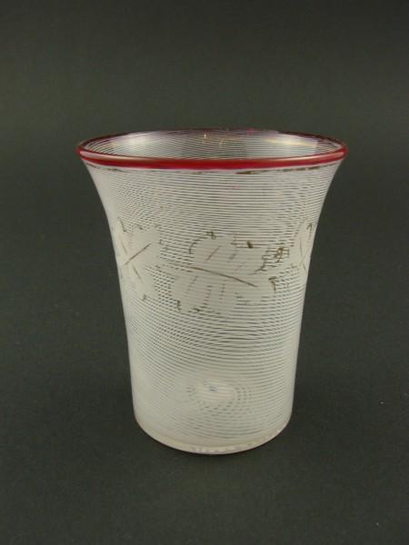 Becherglas mit Milchglasfäden und Rotrand. Josephinenhütte zugeschr., um 1860.