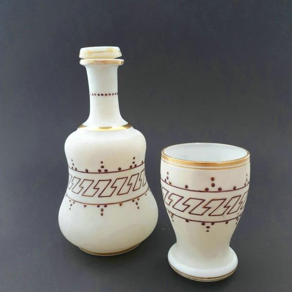 Nachtflasche mit Becher. Milchglas mit Mäanderdekor. Deutschland oder Böhmen, 2.H.19.Jh.