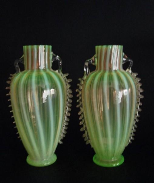 Jugendstil - 2 Vasen aus Uranglas. Harrach, um 1900.