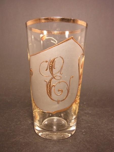 """Buchstabenglas """"E"""" mit Gold- und Emailbemalung, um 1900."""