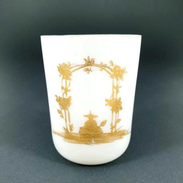 Milchglas - Becherglas mit Chinoiserie, signiert. 19.Jh.