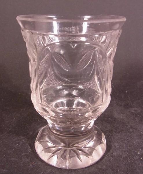 Biedermeier - Becherglas mit Schliffdekoration. Böhmen, um 1850.