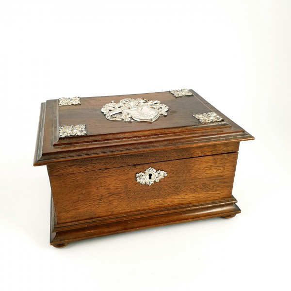 Studentika - Holzschatulle mit Metallbeschlägen Silber? Widmung, dat. 1902.