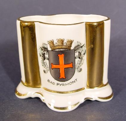 Andenken-, Becher / Vase mit Wappen von BAD PYRMONT.