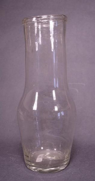 m100 / Milchflasche, farbloses Glas. 19.Jh.