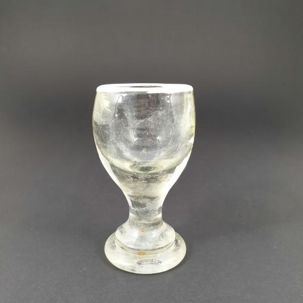 Schnapsglas mit aufgelegtem Weissrand, um 1850.
