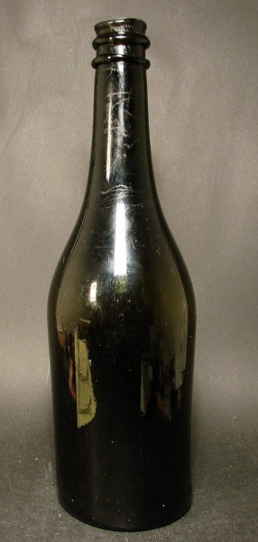 8889 / Schwere Weinflasche, olivgrün. 18.Jh.