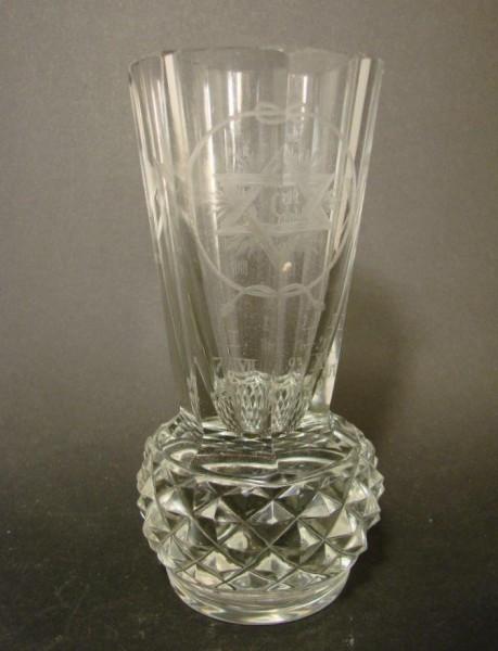 """Freimaurer - Logenglas """"Kanone"""" mit Datierungen von 1881 bis 1907."""