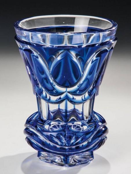 Biedermeier -Becherglas mit Überfang. Böhmen, um 1840.