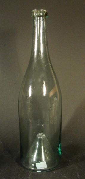 Alte Flasche mit hochgestochenem Boden.