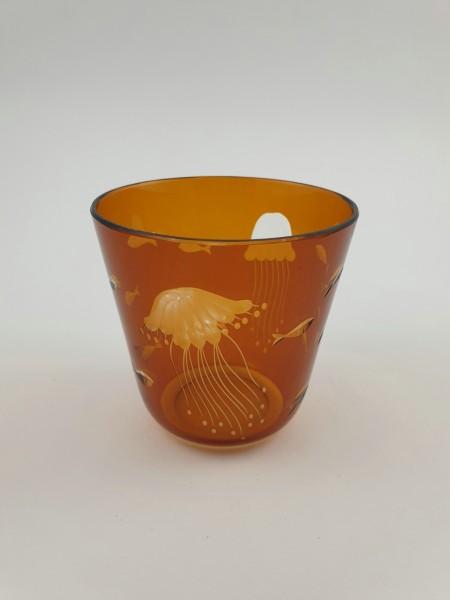 Rotter Becherglas mit Fischen und Quallen. Rotter Glas, Lübeck.