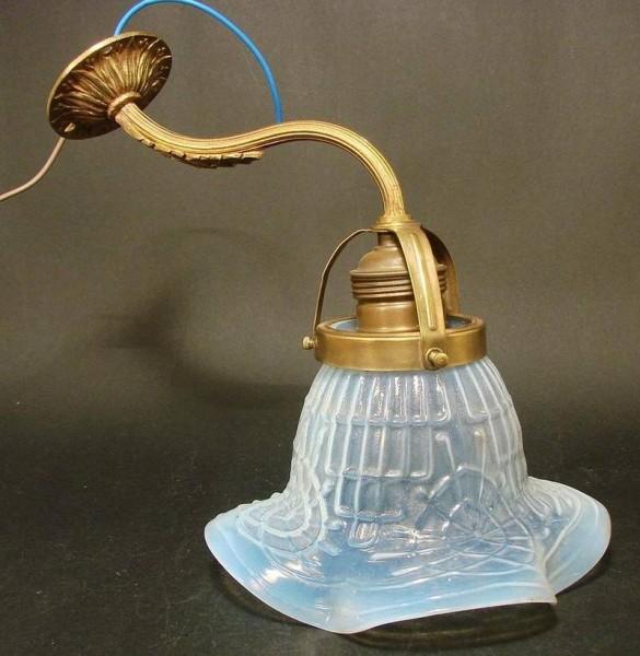 la035 / Jugendstil - Lampe mit bläulich opalisierendem Schirm, um 1900.