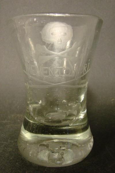 "Freimaurer - Logenglas ""IN MEMENTOMORI"", gravierter Totenkopf, 1.H. 19. Jh."